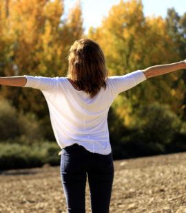 kobieta trzyma szeroko ręce